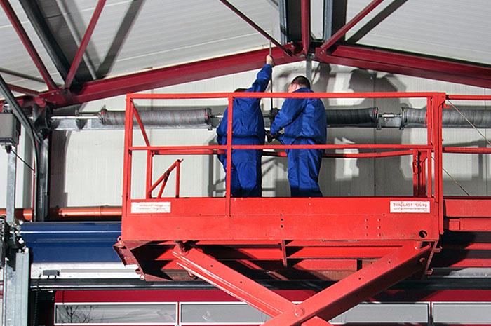 Wintec Tor-Systeme e.k - Nickelstraße 49 33378 Rheda-Wiedenbrück | Montage eines Torsystems von Mitarbeitern des Unternehmens Wintec Tor-Systeme